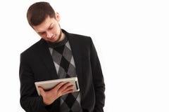 Geschäftsmann, der seine Tablette betrachtet Stockfoto