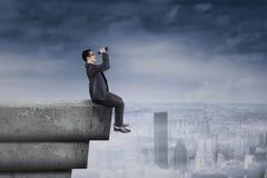 Geschäftsmann, der seine Vision auf Dachspitze schaut Lizenzfreie Stockfotos