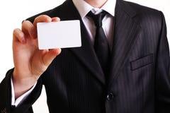Geschäftsmann, der seine Visitenkarte zeigt Lizenzfreie Stockbilder