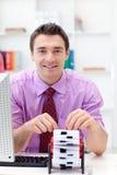 Geschäftsmann, der seine Visitenkartehalterung konsultiert Lizenzfreie Stockbilder