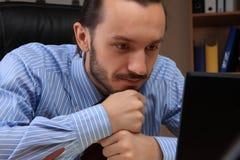 Geschäftsmann, der an seinem Arbeitsplatz arbeitet. Stockbild
