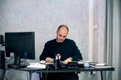 Geschäftsmann, der in seinem Büro arbeitet Stockfotografie