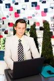 Geschäftsmann, der an seinem Laptop arbeitet Lizenzfreie Stockfotografie