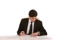 Geschäftsmann, der an seinem Schreibtisch arbeitet Stockbilder