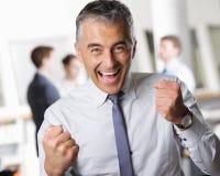Geschäftsmann, der seinen Erfolg feiert lizenzfreie stockfotos