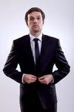 Geschäftsmann, der seinen Mantel knöpft lizenzfreies stockfoto