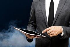 Geschäftsmann, der selektiven Fokus der Computertablette auf dem Zeigen hält Stockfotografie