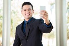 Geschäftsmann, der selfie nimmt Lizenzfreies Stockbild