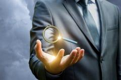 Geschäftsmann, der seo auf einem blauen Hintergrund zeigt Lizenzfreie Stockbilder
