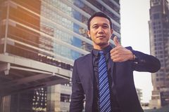 Geschäftsmann, der sich Daumen zeigt Lizenzfreies Stockfoto