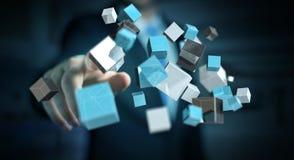 Geschäftsmann, der sich hin- und herbewegendes blaues glänzendes Würfelnetz 3D renderi berührt Lizenzfreies Stockbild