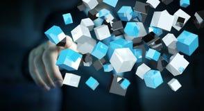 Geschäftsmann, der sich hin- und herbewegendes blaues glänzendes Würfelnetz 3D renderi berührt Stockfoto