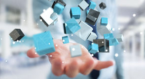 Geschäftsmann, der sich hin- und herbewegendes blaues glänzendes Würfelnetz 3D renderin hält Lizenzfreie Stockfotografie