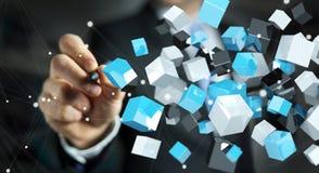 Geschäftsmann, der sich hin- und herbewegendes blaues glänzendes Würfelnetz 3D renderin hält Lizenzfreies Stockbild