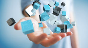 Geschäftsmann, der sich hin- und herbewegendes blaues glänzendes Würfelnetz 3D renderin hält Lizenzfreies Stockfoto