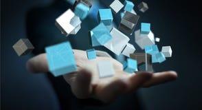 Geschäftsmann, der sich hin- und herbewegendes blaues glänzendes Würfelnetz 3D renderin hält Lizenzfreie Stockbilder