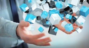 Geschäftsmann, der sich hin- und herbewegendes blaues glänzendes Würfelnetz 3D renderin hält Lizenzfreie Stockfotos