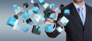 Geschäftsmann, der sich hin- und herbewegendes blaues glänzendes Würfelnetz 3D renderin hält Stockbild
