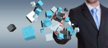 Geschäftsmann, der sich hin- und herbewegendes blaues glänzendes Würfelnetz 3D renderin hält Stockbilder