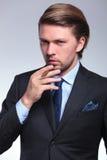 Geschäftsmann, der sich vorbereitet zu rauchen Stockfoto
