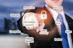 Geschäftsmann, der Sicherheitsknopf auf virtuellen Schirmen für inte bedrängt stockfoto