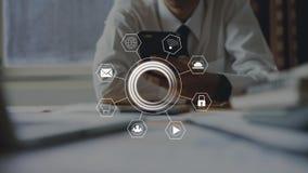 Geschäftsmann, der Smartphone und Showzeichentechnologieikone verwendet lizenzfreies stockfoto
