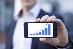 Geschäftsmann, der Smartphone zeigt Lizenzfreies Stockfoto
