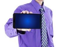Geschäftsmann, der Smartphoneschirm zeigt Stockfotografie