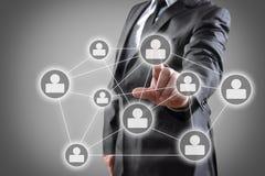 Geschäftsmann, der Touch Screen bedrängt Lizenzfreie Stockfotos