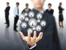 Geschäftsmann, der Sozialnetz anhält Lizenzfreie Stockbilder