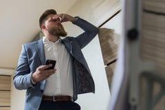 Geschäftsmann in der Spät- Arbeit des Büros ermüdet lizenzfreies stockfoto