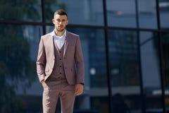 Geschäftsmann in der Stadt Moderner Geschäftsmann Überzeugter junger Mann in der vollen Klage, die draußen steht lizenzfreie stockfotografie