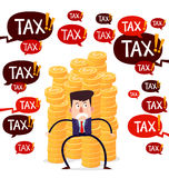 Geschäftsmann, der Stapel Goldmünzen von der Steuerbedrohung schützt Lizenzfreies Stockfoto