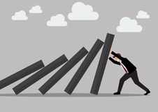 Geschäftsmann, der stark gegen fallende Plattform von Dominofliesen drückt Stockbilder