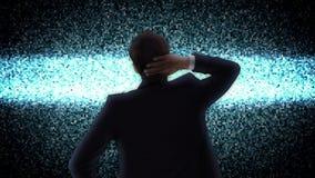 Geschäftsmann, der statisches Fernsehen betrachtet stock video footage