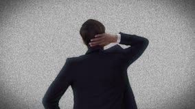 Geschäftsmann, der statisches Fernsehen betrachtet stock video