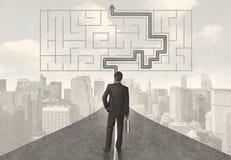 Geschäftsmann, der Straße mit Labyrinth und Lösung betrachtet Lizenzfreie Stockfotografie