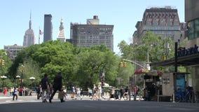 Geschäftsmann, der in Straßen von Manhattan mit dem Reich-Zustand am Hintergrund, New York City, USA geht stock video footage