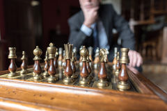 Geschäftsmann, der an strategische Bewegung denkt Stockfotografie