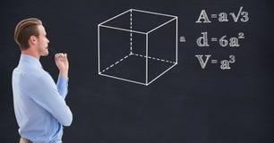 Geschäftsmann, der Struktur und verschiedene Formeln auf Tafel betrachtet Lizenzfreie Stockbilder