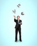 Geschäftsmann, der Symbole des Geldes 3D wirft und fängt Stockbilder