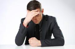 Geschäftsmann, der am tabl sitzt Lizenzfreie Stockfotografie