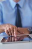 Geschäftsmann, der Tablette compuer im Büro verwendet Lizenzfreies Stockfoto