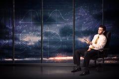 Geschäftsmann, der Tablette im Büroraum mit Diagrammdiagrammen auf w hält Stockbild