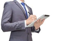 Geschäftsmann, der Tablette, intelligentes Telefon mit Mäusestift, Isolathintergrund des Geschäftsmannes für Begriffs hält Lizenzfreies Stockfoto