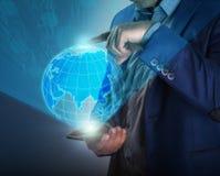 Geschäftsmann, der Tablettenforschungsdaten für Unternehmensplanung verwendet Lizenzfreies Stockbild