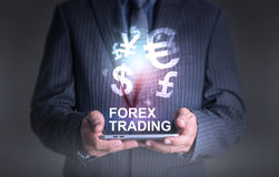 Geschäftsmann, der Tablettenwelt des Währungsdevisenhandels hält Lizenzfreie Stockfotografie