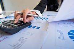 Geschäftsmann, der Taschenrechner verwendet, um Darlehensplan zu berechnen lizenzfreie stockfotos