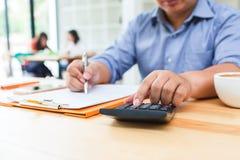 Geschäftsmann, der Taschenrechner zur Berechnung verwendet Stockbilder