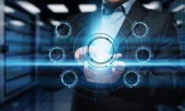 Geschäftsmann, der Taste bedrängt Mann, der auf futuristische Schnittstelle zeigt Innovationstechnologieinternet und Geschäftskon Lizenzfreie Stockfotos